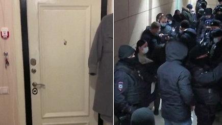 A.Navalno žmona Julija nufilmavo, kaip bandoma įsiveržti į jos butą – atvyko daryti kratos