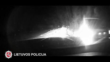 Norėdamas pasprukti pažeidėjas taranavo policijos pareigūnų automobilį