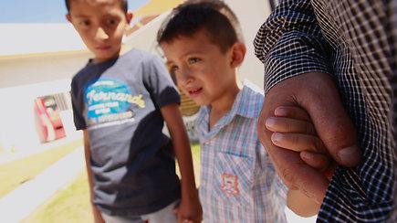 Bėgančius nuo smurto tėvynėje migrantus pasitinka nežmogiška D.Trumpo politika