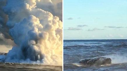 """Nerimstantis Kilauėjos ugnikalnis: turistus nustebino jūroje plūduriuojantis """"lavakalnis"""""""