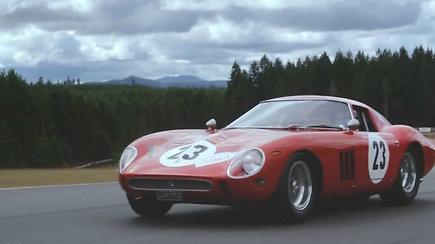 """1962-ųjų lenktyninis """"Ferrari"""" gali tapti brangiausiu kada nors aukcione parduotu automobiliu"""