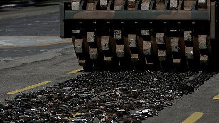 Brazilų kariai asfalto volu sunaikino tūkstančius ginklų