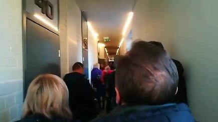 Vilniaus viešbutyje žmonės priversti laukti koridoriuje