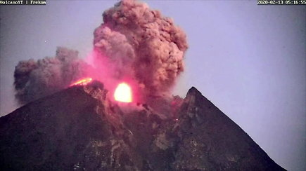 Įspūdingi kadrai: išsiveržė dar vienas ugnikalnis – šįkart Indonezijoje