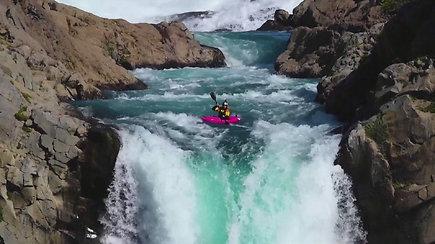 Kvapą gniaužianti drąsa: bebaimis baidarininkas išdrįso nusileisti 41 m. aukščio kriokliu