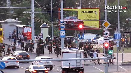 Kameros užfiksavo akimirką, kaip pareigūnas tyčia pašauna baltarusių žurnalistę
