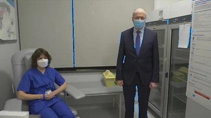 Santaros klinikos paskiepijo pirmąją darbuotoją nuo COVID-19