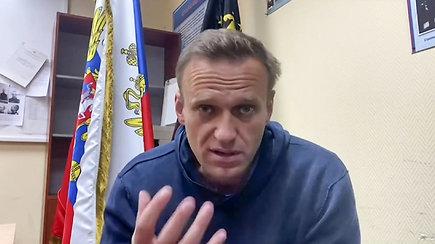 A.Navalno teismas įvyko tiesiog policijos nuovadoje – advokatams dokumentai pateikti paskutinę minutę, žurnalistai liko už durų