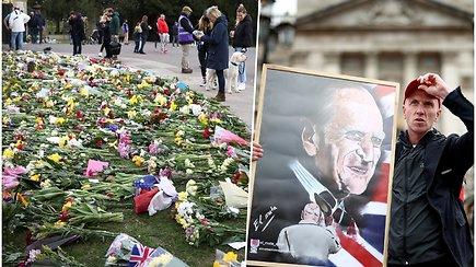 Tūkstančiai britų susirinko pagerbti princo Philipo atminimo – nepaisė net COVID-19 apribojimų