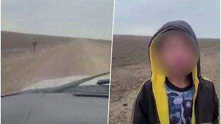 Pasiklydęs vaikas su ašaromis akyse prašė pareigūno pagalbos ir sakė, kad jį paliko migrantų grupė