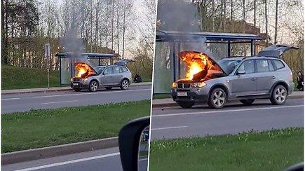 Molėtų plento pradžioje atvira liepsna degė BMW automobilis
