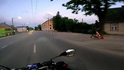 Užfiksavo, kaip paspirtukininkas aplenkia motociklą, važiuojantį didesniu nei 50 km/val. greičiu