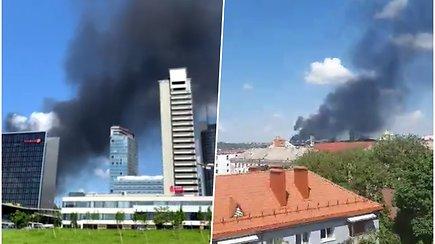 Sostinėje kilo didžiulis gaisras: skaitytojai užfiksavo besiveržiančius juodus dūmus