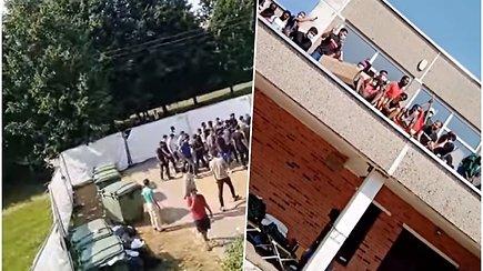 Maisto mėtymas,  daužymas lazdomis ir laipiojimas ant stogų – vaizdai iš migrantų protesto Verebiejų mokykloje