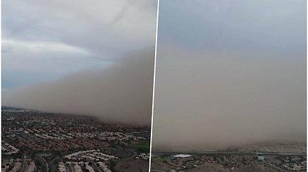 Užfiksavo sparčiai link gyvenvietės artėjantį dulkių audros debesį