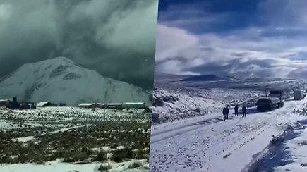 Bolivijoje ir Peru iškrito sniegas – klimpo automobiliai, atšauktos rungtynės