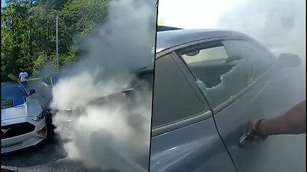 Per plauką nuo tragedijos: Atlantos policija iš degančio automobilio ištraukė sąmonę praradusį vyrą