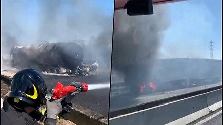 Italijos autostradoje liepsnojo susidūrę vilkikai ir automobilis – išsiliejo dujos