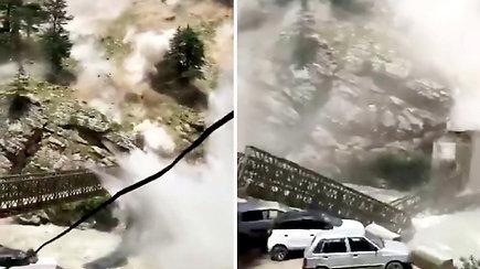 Pražūtinga griūtis kalnuose – rieduliai trenkėsi į automobilį, kuriame buvo turistai