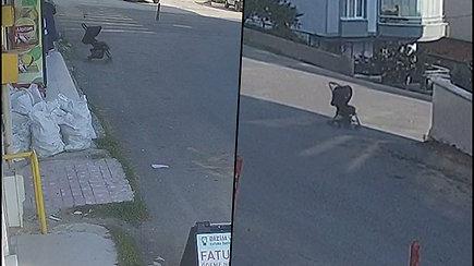 Motina trumpam paliko vežimėlį su kūdikiu– po keliu sekundžių jis nuriedėjo nuo kalno