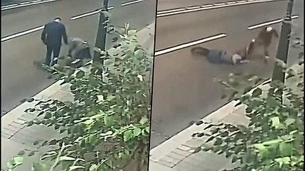 Vyras bandė apiplėšti 70 metų moterį – sugrįžoatsiprašyti su viskio buteliu