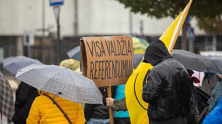 Į A.Astrauskaitės organizuotą protestą susirinkę žmonės piktinosi galimybių pasais ir galimybe pasiskiepyti nepilnamečiams