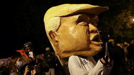 """Naktis Vašingtone: """"neperlipama"""" tvora aplink Baltuosius rūmus, užsibarikadavusios parduotuvės, sustiprintas saugumas"""