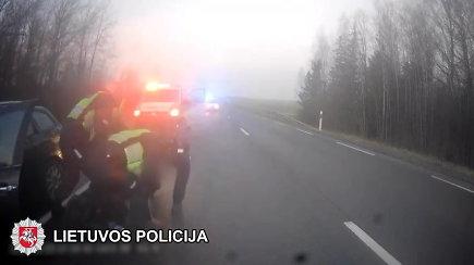 """Įtemptos girto vairuotojo gaudynės Šiauliuose baigėsi tik panaudojus """"ežį"""""""