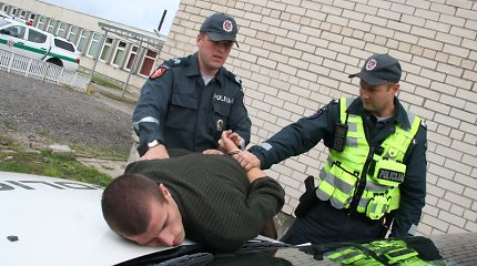Visoje šalyje sukčiavusį jauną vyrą pričiupo Kauno pareigūnai