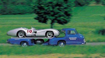 """Mėlynasis Stebuklas: lenktyniniai """"Mercedes-Benz"""" buvo vežiojami greičiausiu pasaulio autovežiu"""