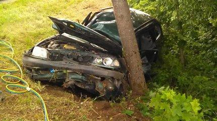 """Į medį atsitrenkus """"Seat"""" automobiliui, Anykščių rajone nukentėjo 5 žmonės"""