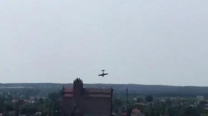 Lenkijoje per aviacijos šventę į Vyslą nukrito akrobatinis lėktuvėlis, pilotas žuvo