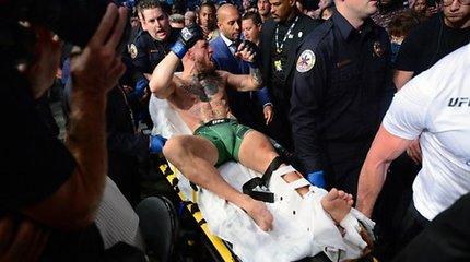 Conoras McGregoras kovą baigė ant neštuvų: pirmajame raunde patyrė lūžį