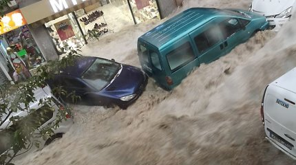 Po stiprios liūties Madrido gatvės virto srauniomis upėmis: srovė nešė net automobilius