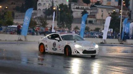 """Pasaulio rekordas: vokietis su """"Toyota"""" be sustojimo šonu slydo 144 kilometrus"""