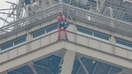Į Eiffelio bokštą kopęs vyras paguldytas į psichiatrijos ligoninę
