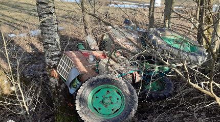 """""""Jumz 6"""" avarija tiesiame Ažuvadžių kaimo kelyje atskleidė daug traktorininko nuodėmių"""