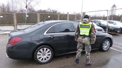 """Tviskantį """"Mercedes"""" į Lietuvą vairavęs latvis neturi teisių, bet jam pažymėjimas nepadėtų"""