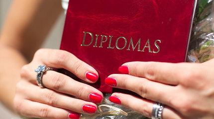 Nepaisė draudimo: įteikė diplomus absolventams