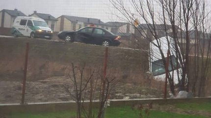 Avarija Klaipėdos rajone: automobilis pakibo ant šlaito