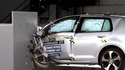 """JAV saugumo institucija įvertino """"VW Golf"""" automobilius kaip saugius"""