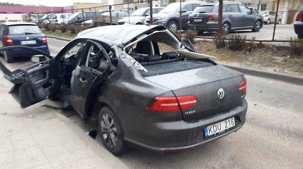 """Sostinės Pilaitės rajone susprogdintas apynaujis """"VW Passat"""""""