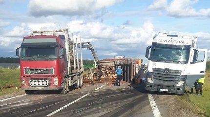 Greta Šiaulių nuvirto miškovežis – rąstai užtvėrė eismą