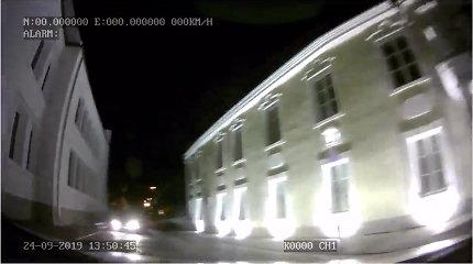 Nufilmuota, kaip nevykusiai BMW vagis spruko nuo Kauno policijos: gaudynės baigėsi avarija