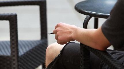 Kavinių savininkai piktinasi valdžios siekiu uždrausti rūkyti lauke, bet siūlo kompromisą