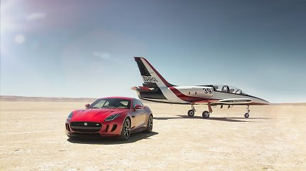 """Kodėl """"Jaguar F-Type"""" po kapotu turi porą oro pagalvių: atsakymą padės rasti """"Ferrari"""""""