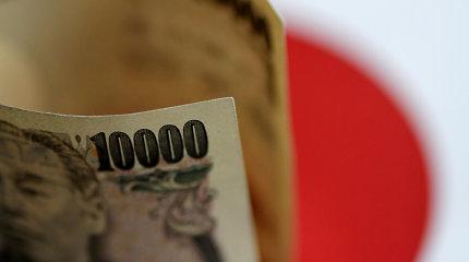 Augant JAV-Kinijos prekybos įtampai brangsta ir JAV doleris, ir jena