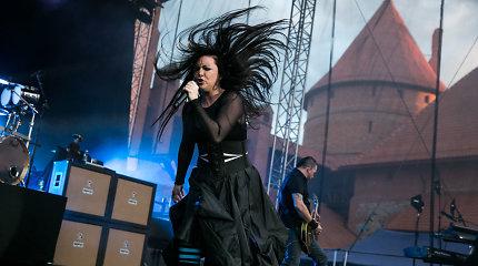 """JAV roko žvaigždės """"Evanescence"""" Trakuose užkūrė pirtį – tamsi muzika drebino pilies sienas"""