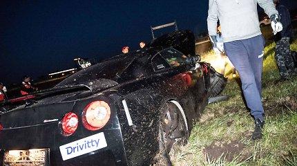 """Avarija """"Aurum 1006 km"""" lenktynių traukos varžybų finale: nuo kelio nulėkė """"Nissan GT-R"""""""