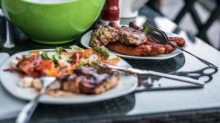 Grilio receptų rinkinys Joninėms gamtoje: nuo kepsnių ir šašlykų iki desertų